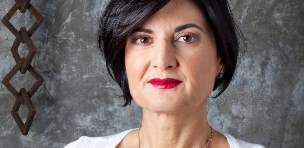 A arquiteta Fernanda Feltrini, 52 anos, mostra como é possível usar batom vermelho mesmo quando se tem lábios finos - Fabiano Cerchiari/UOL