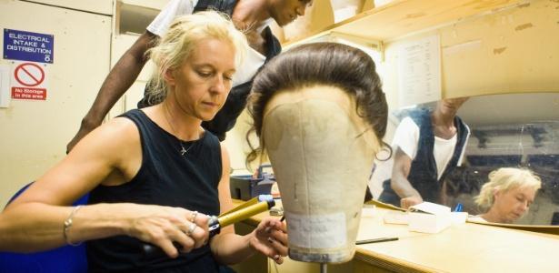 Peruca é preparada para dançarina do Balé Nacional Inglês, em Londres (10/08/2010) - Getty Images