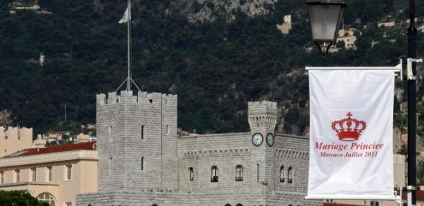 Bandeira anuncia casamento do príncipe Albert 2º com Charlene Wittstock em frente ao palácio de Mônaco (27/06/2011) - Eric Gaillard/Reuters