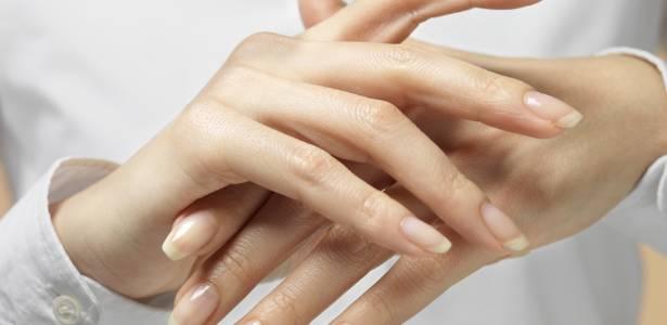 Algumas manicures acreditam que tirar a cutícula dá um acabamento mais bonito na hora de passar o esmalte. Outras, porém, defendem as cutículas - Thinkstock