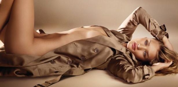 Rosie Huntington-Whiteley foi clicada por Mario Testino para uma campanha de perfume  - Divulgação