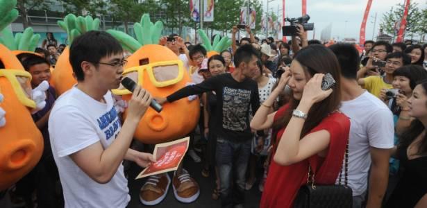 Chinês recorre a 48 amigos vestidos de cenoura para pedir mão de noiva  - Quirky China News Rex Features