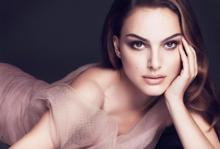 Agosto 2011: Natalie Portman continua como rosto da Dior e posa para a campanha da Dior Skin Forever, linha de cosméticos para a pele da grife. A atriz havia declarado não querer ser associada à Galliano, após os escândalos envolvendo o ex-estilista