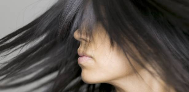 Além de checar se os produtos são liberados pela a Anvisa, é importante passar por uma avaliação criteriosa do cabeleireiro para se certificar de que os fios suportam o processo de alisamento - Thinkstock