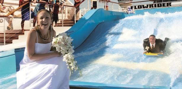 Noivos podem se casar a bordo de um navio, com pacotes que variam de R$ 1.600 a R$ 7.700 - Divulgação