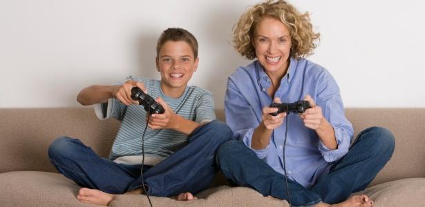 Dedique um tempo para fazer o que seu filho gosta, como ler, brincar, ver um filme ou jogar video game - Thinkstock