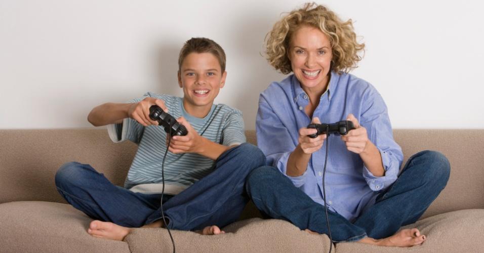 mãe e filho, video game, diversão, brincadeira, sofá, televisão, TV