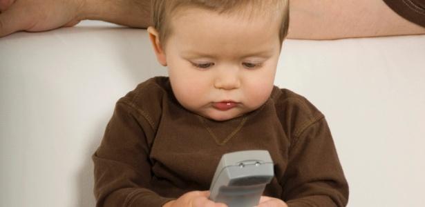 Ver TV ou vídeos pode afetar desenvolvimento das crianças