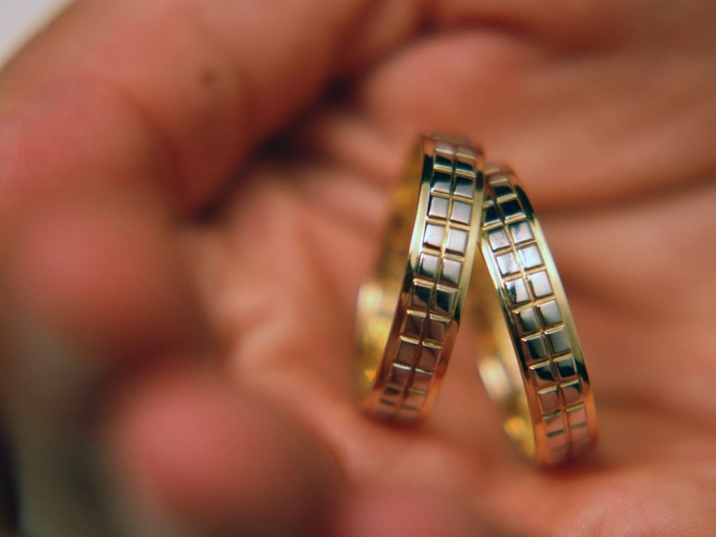 d8675066128 Noivos buscam personalização até nas alianças  veja como celebrar a união  com uma peça única - 17 11 2011 - UOL Universa