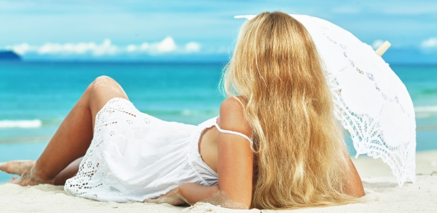 Hidratação é fundamental para evitar o efeito esverdeado nos cabelos loiros durante o verão - Thinkstock