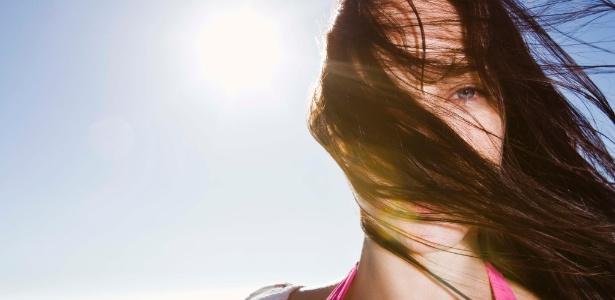 Ação dos raios ultravioletas danifica o fio, o que provoca pontas duplas e dificuldade para pentear - Thinkstock