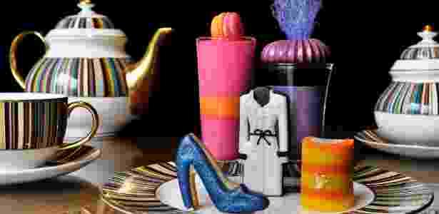 Mesa do chá da tarde Prê-à-Portea com docinhos em formato de sapato Miu Miu e trench coat Burberry - Divulgação