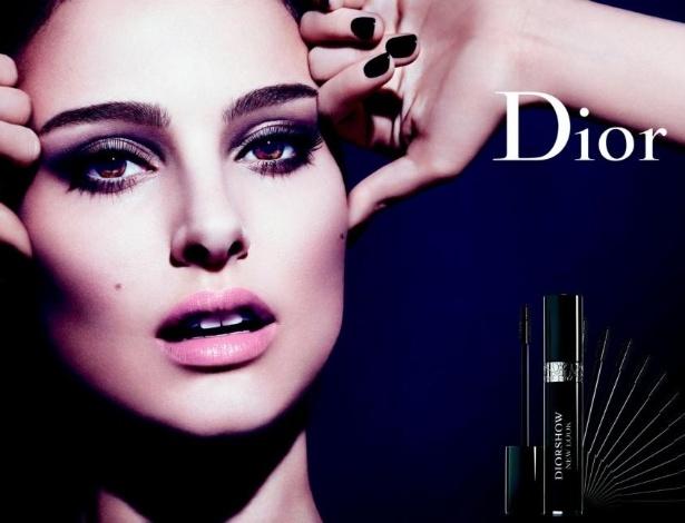 """Segundo a Dior, a atriz Natalie Portman não usava cílios postiços na campanha comemorativa dos 10 anos da máscara Diorshow """"New Look"""", mas reconheceu que seus cílios foram retocados digitalmente - Divulgação"""