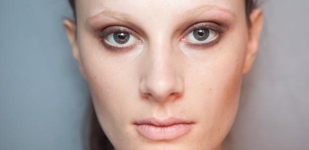 Luana Dachery mostra a maquiagem com sobrancelhas descoloridas do desfile da Huis Clos - Patrícia Araújo/UOL