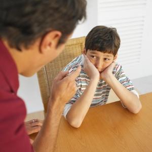 Ser duro demais não garante o respeito dos filhos - Thinkstock