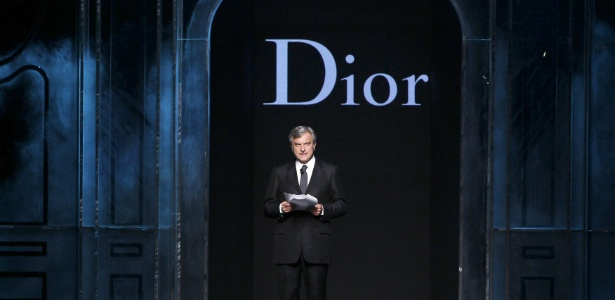 O presidente da Maison Christian Dior, Sidney Toledano, lê uma crítica às declarações do estilista John Galliano antes do início do desfile da grife na Semana de Moda de Paris Inverno 2011 (04/03/2011) - Francois Guillot/AFP