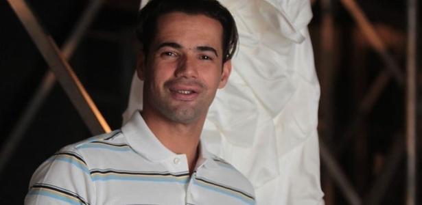 O estilista Delfrance Ribeiro posa antes de seu desfile no Dragão Fashion Brasil, que marcou sua estreia nas passarelas brasileiras (16/04/2011) - Jarbas Oliveira/UOL