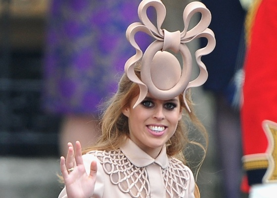 Princesa Beatrice, de York, com seu chapéu Philip Treacy, ao chegar para o casamento de Kate e William - Getty Images