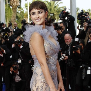 Penélope Cruz desfila com vestido sereia em Cannes (14/5/2011)