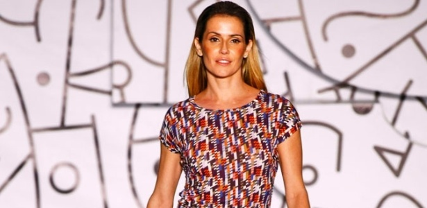 Deborah Secco desfile vestido justo para o Verão 2012 da TNG (02/06/2011) - Alexandre Schneider/UOL