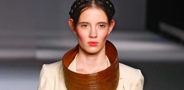 Modelo apresenta look de Walter Rodrigues para o Verão 2012 durante o Fashion Rio (04/06/2011) - Alexandre Schneider/UOL
