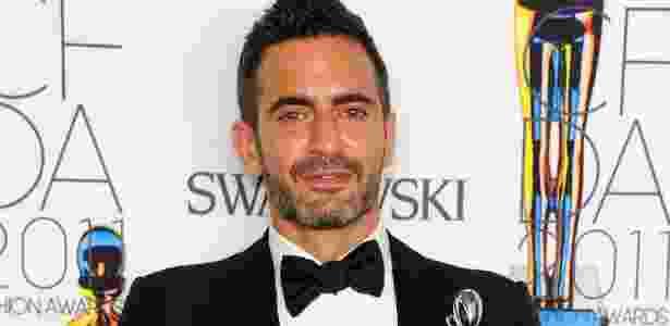 O estilista Marc Jacobs com seu prêmio por trajetória na moda no CDFA Awards 2011, em NY (06/06/2011) - Getty Images