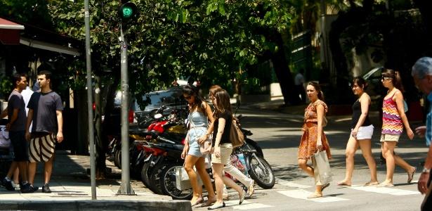Pessoas caminham pela rua Oscar Freire, nos Jardins um dos endereços mais importantes no mercado de moda de São Paulo - Daniel Marenco/Folhapress