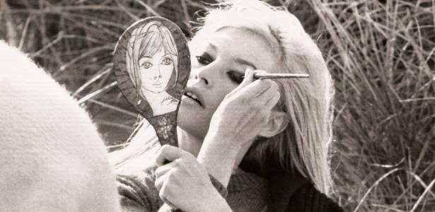 Brigitte Bardot retoca a maquiagem em foto de 1966 - Brainpix