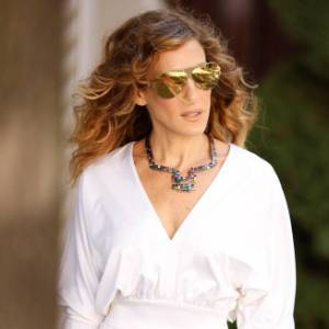 "Sarah Jessica Parker nas filmagens de ""Sex and the City 2"", com vestido branco Halston"