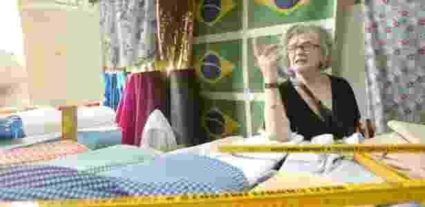 A francesa Marie Rucki, diretora do renomado estúdio Berçot de Paris, observa tecidos na rua 25 de Março, em São Paulo (29/03/2007) - João Sal/Folhapress