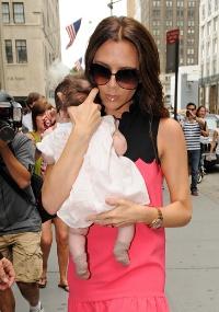 Victoria Beckham leva a filha Harper Seven para passeio fashionista em Nova York (13/09/2011)