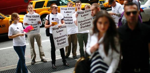 Manifestantes protestam contra a Guli, durante desfile da marca em NY