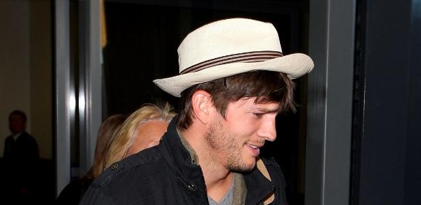 Ashton Kutcher desembarca em aeroporto da Austrália usando um chapéu Panamá  - Getty Images
