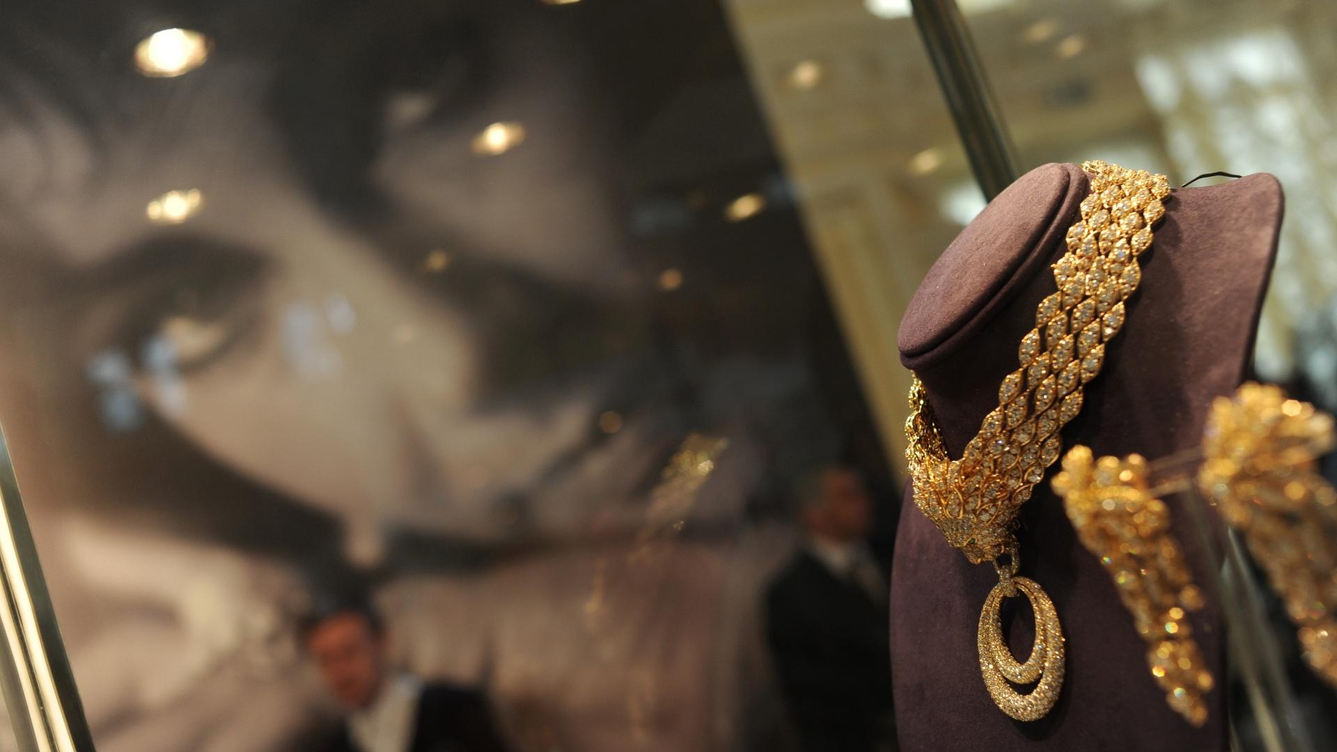17158d05d6c Colar de diamante e esmeralda e outras joias de Elizabeth Taylor vão a  leilão - 02 12 2011 - UOL Universa