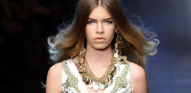 Modelo apresenta look da última coleção da D&G, na semana de moda de Milão - Getty Images