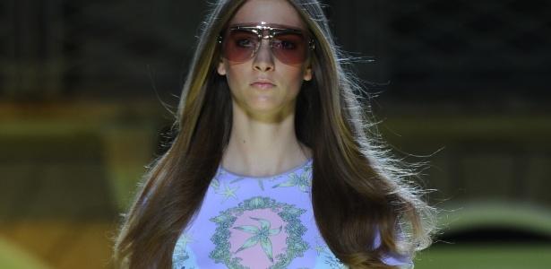 Modelo desfila look da coleção Verão 2012 da Versace, na semana de moda de Milão - Olivier Morin/AFP