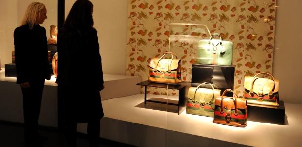 Visitantes observam vitrine do novo museu da Gucci, em Florença - Tiziana Fabi/AFP