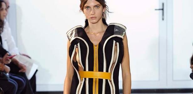Modelo desfila look de Pedro Lourenço em evento paralelo na semana de moda de Paris - Marcio Madeira/Divulgação