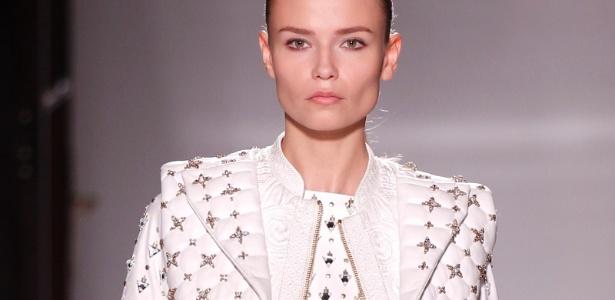 Modelo desfila coleção Verão 2012 da Balmain em Paris - Benoit Tessier/Reuters