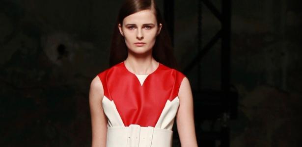 Modelo desfila look da Céline em Paris - Pascal Rossignol/Reuters