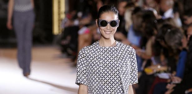 Modelo apresenta look de Stella McCartney em Paris - Patrick Kovarik/AFP