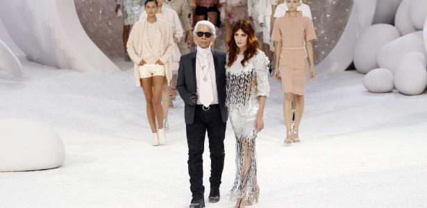 O estilista da marca, Karl Lagerfeld, e a cantora Florence Welch, ao final da apresentação, em Paris  - Patrick Kovarik/AFP