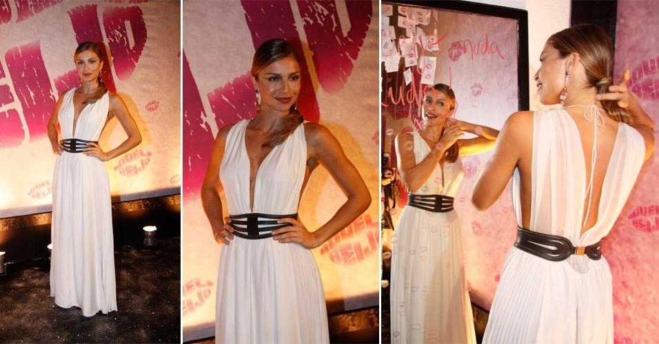 Grazi Massafera escolheu um longo branco plissado da estilista Lia Souza para ir à festa de lançamento da novela