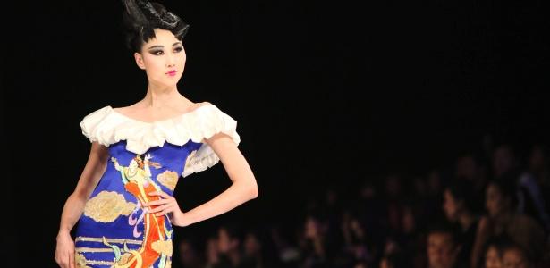Modelo desfila look da marca chinesa Ne Tiger, considerada a mais antiga grife da luxo da China (27/10/2011) - EFE