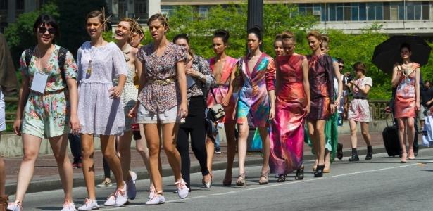 Modelos desfilam criações de novos estilistas pelas ruas de São Paulo (SP) na terceira edição do Fashion Mob, neste domingo (11) - Marcelo Soubhia/ Agência Fotosite