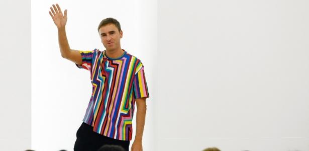 Raf Simons recebe os cumprimentos após o final do desfile de Verão 2012 da Jil Sander na semana de moda de Milão (24/09/2011) - Alessandro Garofalo/Reuters