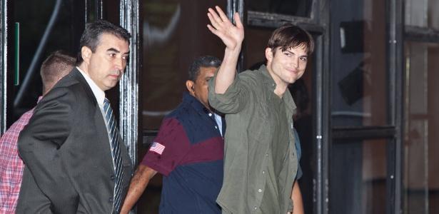 Ashton Kutcher acena ao chegar para desfile da Colcci no SPFW (22/01/2012) - Patrícia Araújo/UOL