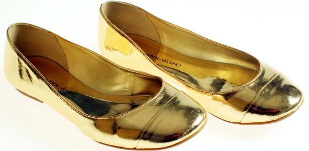 A sapatilha dourada enviada pela assessoria da marca para a redação do UOL dá uma prévia de como será a coleção - Flavio Florido/UOL