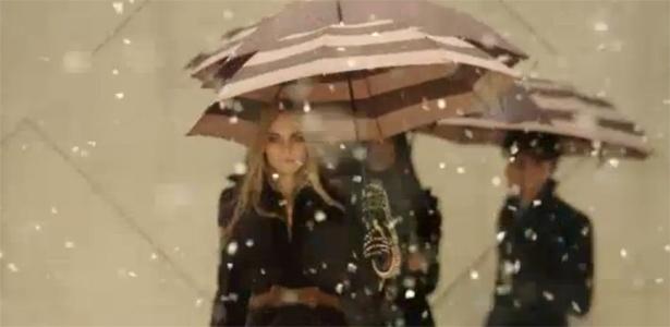 Fim do desfile da Burberry para o Inverno 2012 teve chuva de mentira e modelos com guarda-chuva (20/02/2012) - Reprodução
