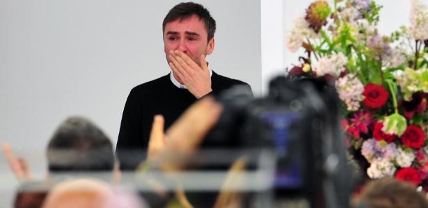 Raf Simons chora ao fim de seu último desfile para a Jil Sander (25/02/2012) - Giuseppe Cacace/AFP